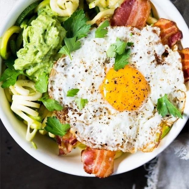 Paleo, Whole30 & Keto Breakfast Zoodles 🥓🍳🥑 with creamy avocado sauce! #ketobreakfast #whole30