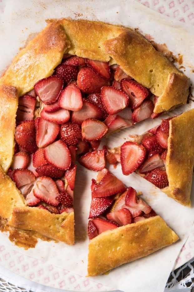 Gluten Free, Low Carb & Keto Strawberry Galette 🍓 #keto #lowcarb #ketodesserts #glutenfree #healthyrecipes #grainfree