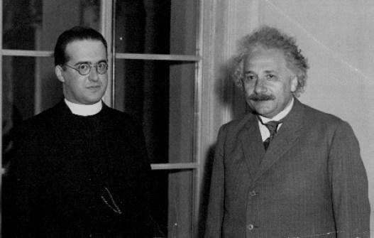 Georges Lemaître, padre belga, astrônomo e professor de Física e criador da teoria do big-bang, ao lado de Albert Einstein