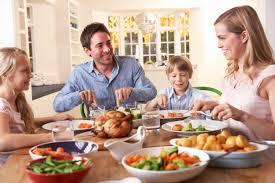 تجمع الأسرة حول مائدة الطعام يشجع الطفل على الأكل