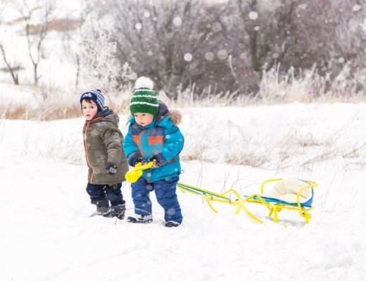 Kinderen spelen in de sneeuw kerstmis