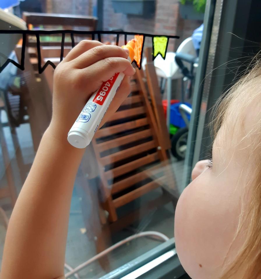 tekeningen op de raam maken met kinderen maken raamstiften