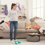 Een schoonmaakster thuis en op het werk