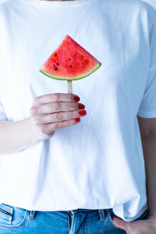 Watermeloenen zijn ontzettend gezond. Zo bevatten ze nauwelijks calorieën, bestaan ze voor 91% uit water en beschermt het je huid van binnenuit tegen de UV-straling. Dit maakt dus dat watermeloen ontzettend geschikt is als zomerse snack! Daarnaast is het natuurlijk onwijs lekker. Maar, wat kun je er eigenlijk allemaal mee? Bekijk onze zomerse recepten met watermeloen.
