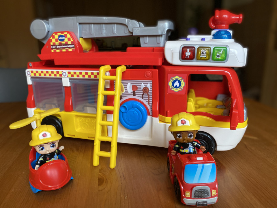 vrolijke brandweer auto kind 4 jaar
