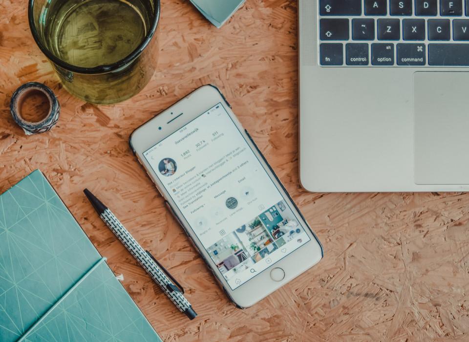 In deze blog een aantal dingen die helpen minder snel de mobiel erbij te pakken. Minder tijd op je mobiel voor je puber of jezelf.