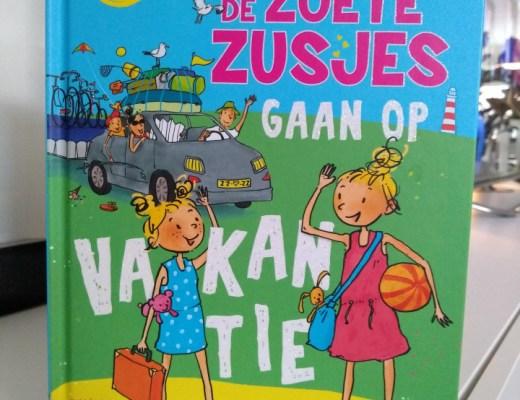 Yes, er is een nieuw boek uit van de YouTube sterretjes Saar en Janna, beter bekend als de Zoete Zusjes: De zoete zusjes gaan op vakantie.