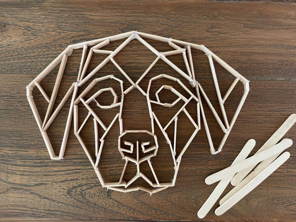 Geometrische vormen knutselen met kinderen is super leuk én gemakkelijk. Lees hier hoe je de mooiste vormen maakt van ijsstokjes.