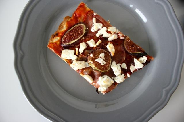 Pizza mit Feigen, Speck & Ziegenfeta3