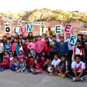 Students and volunteers in Peru posing for a group photo