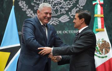 El Mandatario mexicano reconoció los esfuerzos que el Primer Ministro de Santa Lucía ha emprendido en su país para impulsar importantes transformaciones en el ámbito educativo, en la agricultura, en materia de política fiscal y de infraestructura.