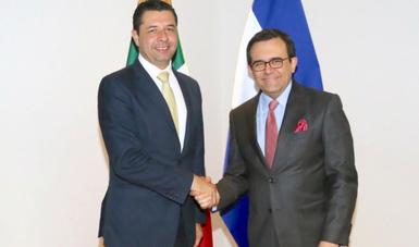 El Secretario de Economía, Ildefonso Guajardo Villarreal, acompañado por el Secretario de Desarrollo Económico de Honduras, Arnaldo Castillo,