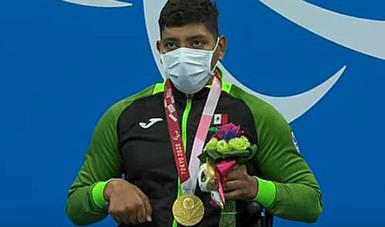 Jesús Hernández durante la premiación en para natación de Tokio 2020 y porta su medalla de oro. CONADE