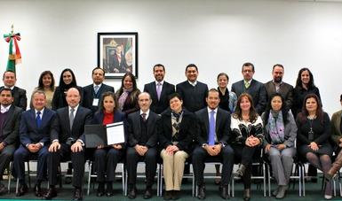 Grupo de personas hombres y mujeres posando para una foto