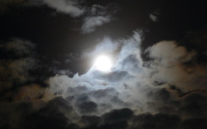 fin de l'éclipse de soleil Belitung Indonésie Go Belitung