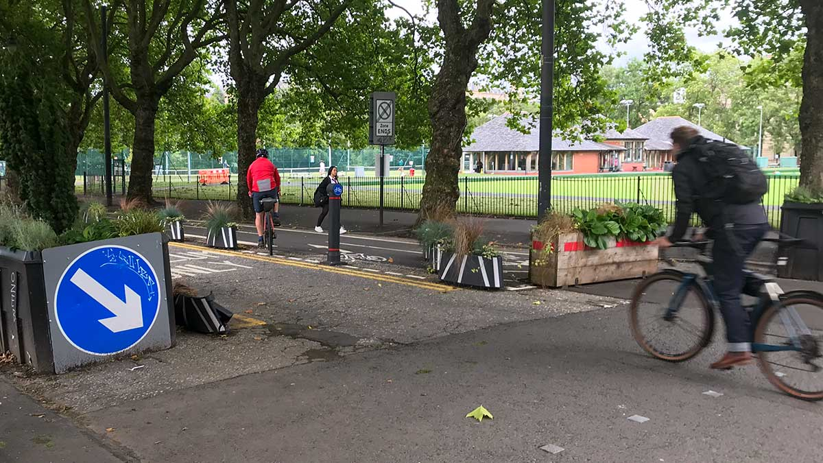 Cyclists entering Kelvin Way cycle lanes