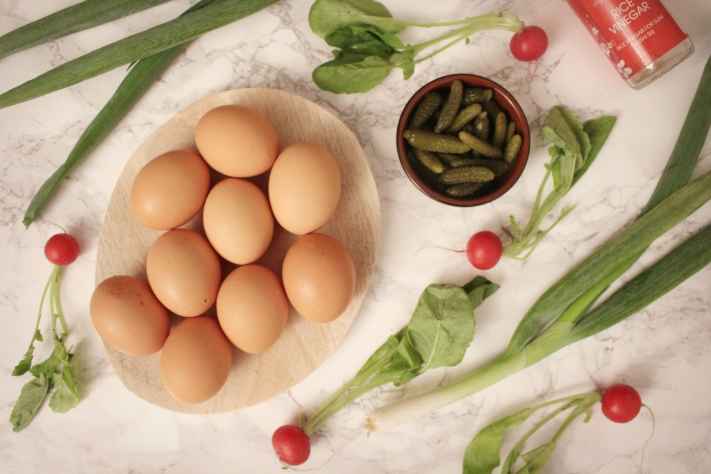 devilled eggs met augurken in gepekelde radijsjes