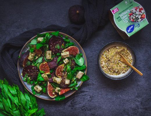 salade met vegan feta, geroosterde rode biet, verse vijg en homemade dukkah - recept van goestjes met SoFine SoCheeze