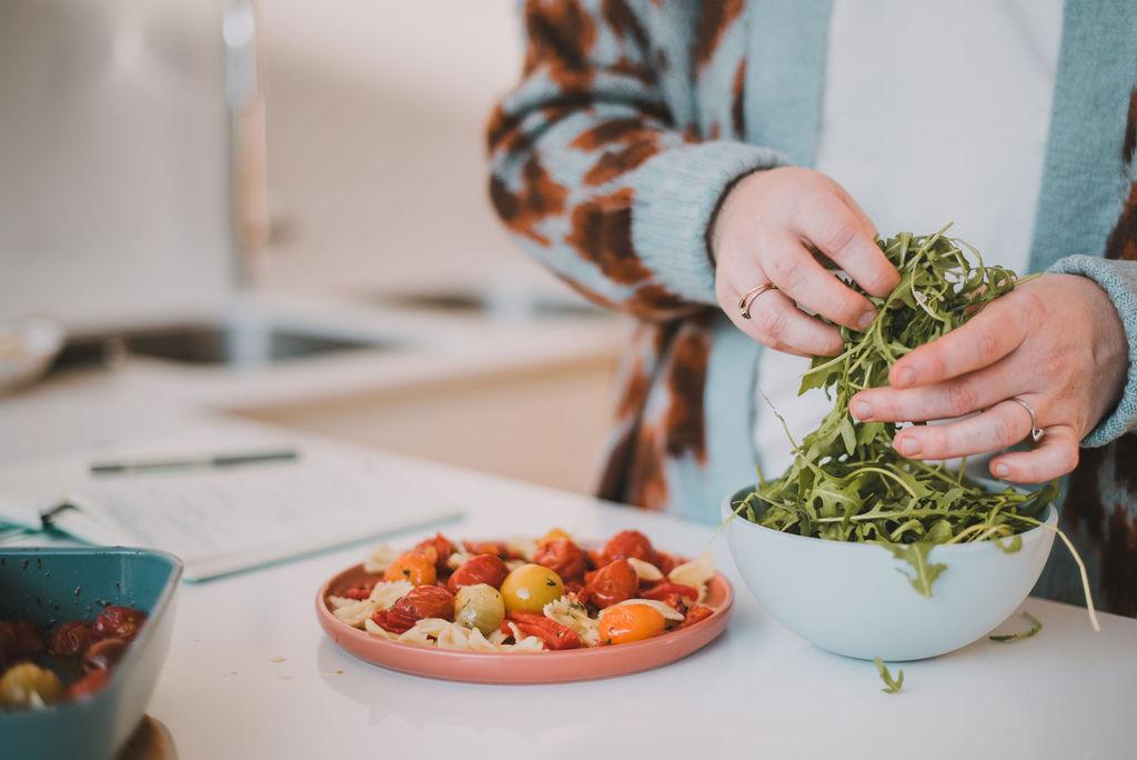 simpele veggie pasta met gekonfijte tomaatjes, geroosterde paprika en rucola.