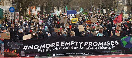 """Protest ist ein integraler Bestandteil von Demokratien und ist ein gängiges Mittel politischer Beteiligung: Teilnehmer*innen der globalen Fridays-for-Future-Demonstration 2021 in Frankfurt mit dem Banner """"#NoMoreEmptyPromises: Politik wird auf der Straße erkämpft""""."""