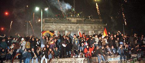 Silvester 1989 feierten mehrere hunderttausend Menschen aus Ost und West auf der Berliner Mauer am Brandenburger Tor.