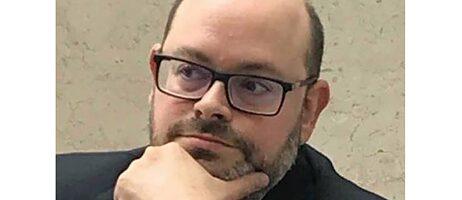 Portraitbild von Matti Bunzl; er trägt eine Brille und schaut nachdenklich