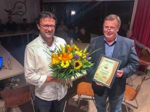 Foto: Der 2. Vorsitzende Hans-Gerd Esser (l.) dankt Gerhard Lüther (r.) für 25 verdienstvolle Jahre im Göttinger Segler Club.