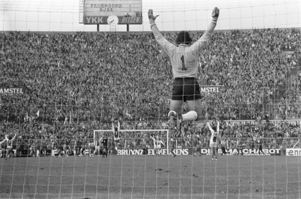 Heinz Stuy En De Rest Van Ajax Juichen Na De Tweede Goal In De Wedstrijd Tegen Feyenoord Op 23 September 1973