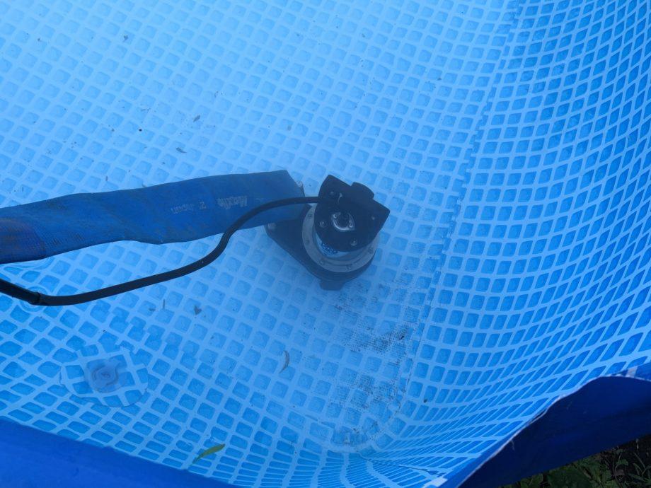排水ポンプを水の中に入れて