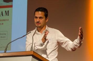 """Farid Hafez, Universität Salzburg referierte über """"Bilder des Islams - die Rolle der Medien in unserer Wahrnehmung des 'Islams'""""; Foto: Andreas Reichelt"""