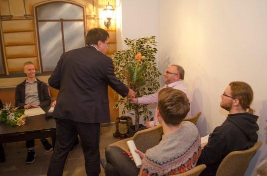 Begrüßung des neuen Vorsitzenden durch den wiedergewählten Beisitzer Michael Wagner; Foto: Andreas Reichelt