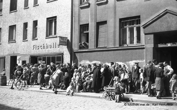 1948 Leipzig, Wilhelm-Plesse-Str. 5 Schlange am Fischladen
