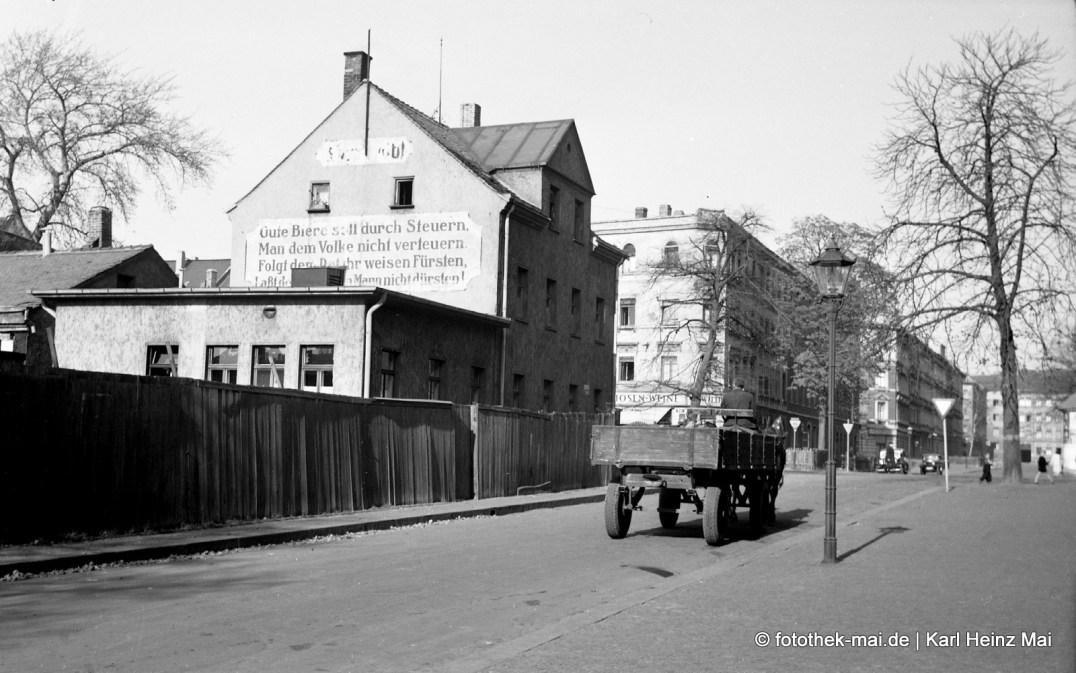 1950er Jahre Leipzig, heutige Natonekstr. Gasthaus Bräustübl mit Laden und Biergarten