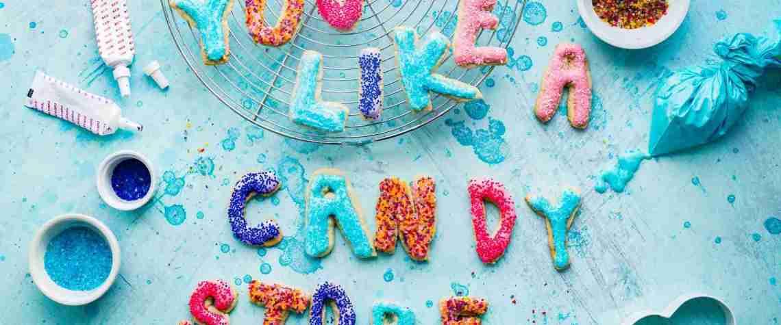 Bunt dekorierte Kekse liegen auf einem Kuchenblech