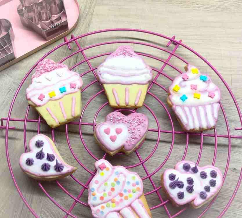 Mit Royal Icing dekorierte Kekse