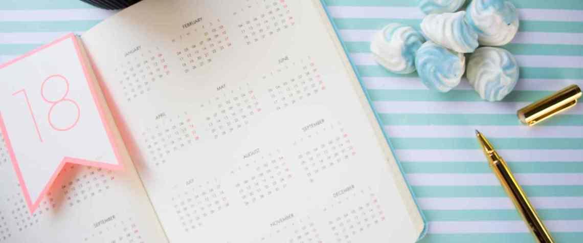 Ein aufgeschlagener Terminkalender liegt auf einem Tisch.