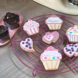 Mit Zuckerguss dekorierte Kekse