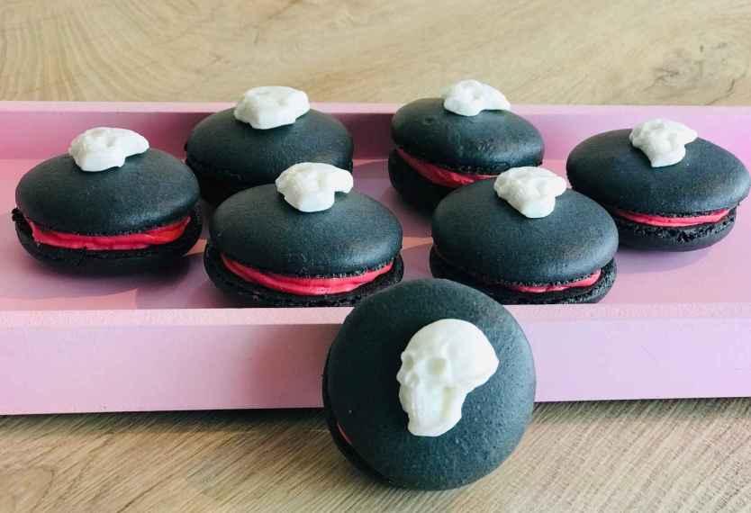 Schwarze Halloween-Macarons