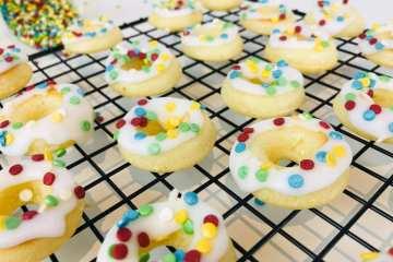 Mini-Donuts mit Glitzer-Konfetti
