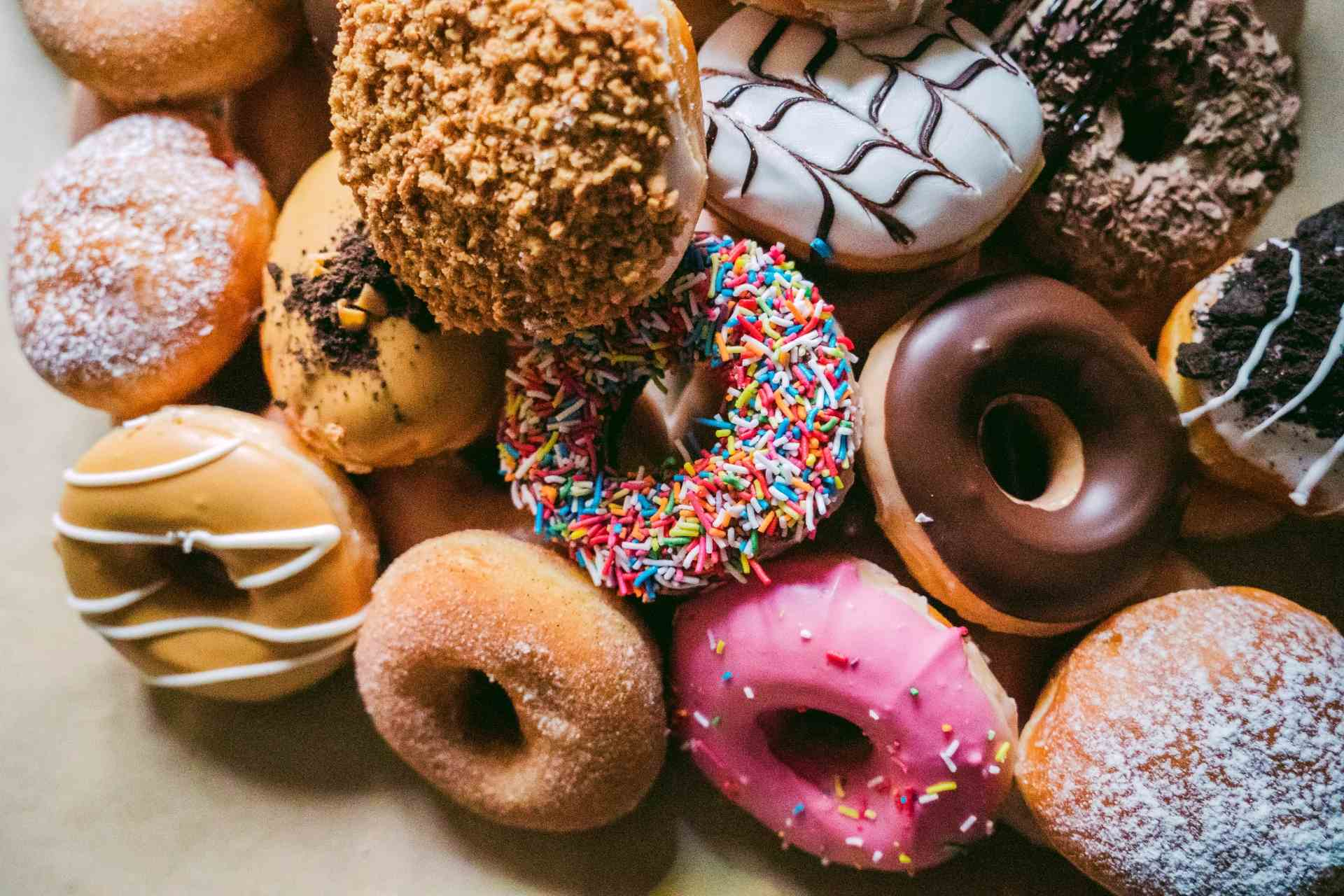 Verschieden dekorierte Donuts