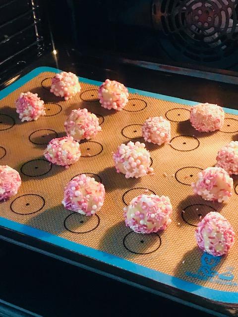 Bunte Zuckerstreusel-Kekse im Backofen