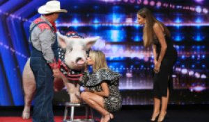 Heidi Klum kisses a pig (again!) on 'America's Got Talent' season 15 premiere [WATCH]
