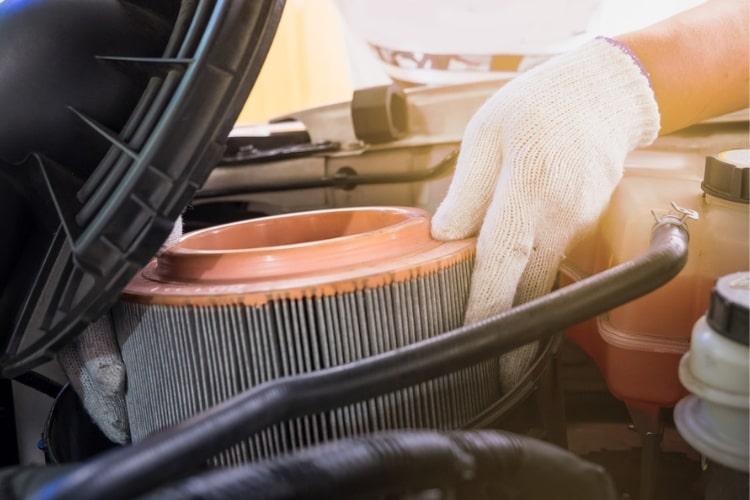 Заменить воздушный фильтр в автомобиле достаточно просто, чтобы сделать это самостоятельно всего за несколько коротких шагов.