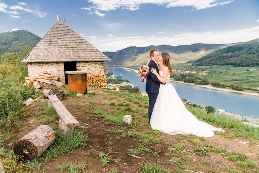 Sich küssendes Brautpaar in Niederösterreich