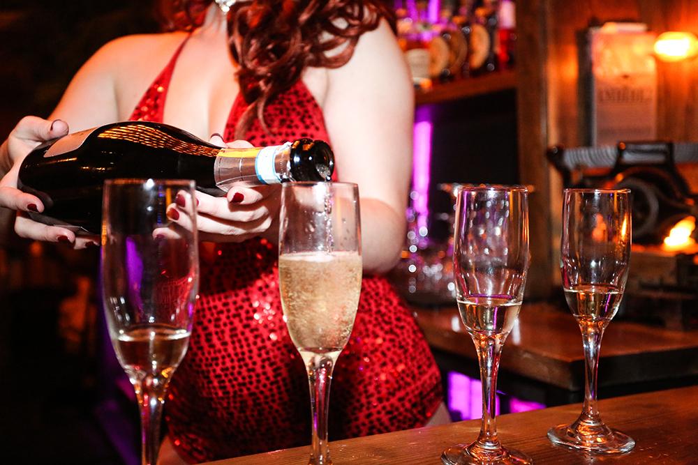 Elena_Kulikova_Champagne_pour