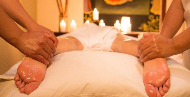 يعرَّف العلاج بالمساج العلاجي بأنه تعبئة الأنسجة الرخوة (مثل العضلات واللفافة وسوائل الجسم) لاستعادة الاستخدام النظامي والميكانيكي الحيوي