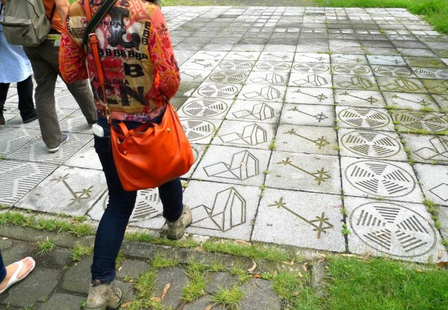 Geometric paving slabs at the entrance to the Espacio Escultórico