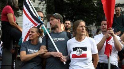 Symbole von QAnon und Reichsfahnen auf der Corona-Demo in Berlin