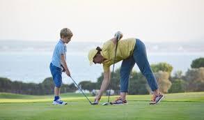 Accompagner un jeune lui fait montrer des réussites et des erreurs qu'il juge pour définir sa manière de jouer. Jeune, ne pas trop parler.