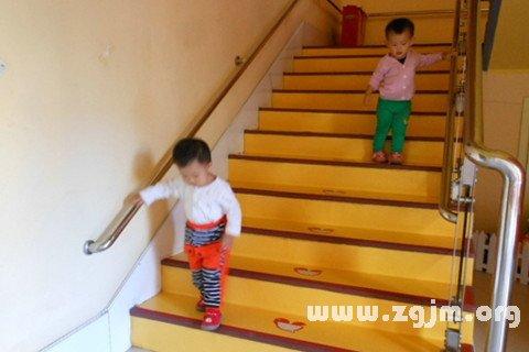 夢見下樓梯_周公解夢夢到下樓梯是什麼意思_做夢夢見下樓梯好不好_周公解夢官網_周公解夢大全
